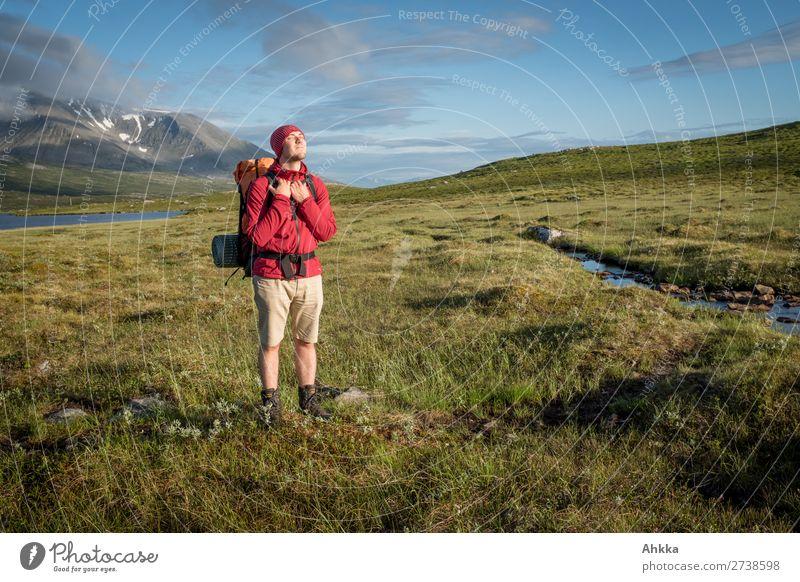 Junger Mann genießt die Sonne in den Bergen harmonisch Wohlgefühl Zufriedenheit Sinnesorgane Erholung ruhig Ferien & Urlaub & Reisen Ausflug Freiheit Sonnenbad