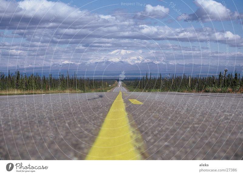 Straße zum Berg Wolken gelb Streifen Asphalt Berge u. Gebirge Himmel blau Wolkenhimmel Zentralperspektive Mittelstreifen Fahrbahnmarkierung Landschaft