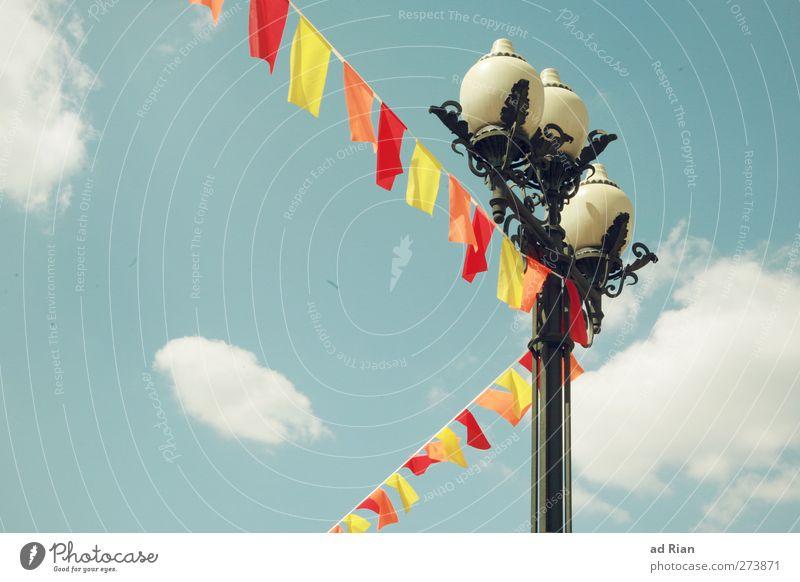 dekoriert Himmel Wolken Schönes Wetter Park Menschenleer Laterne Fahnenmast Beleuchtung ästhetisch schön Dekoration & Verzierung verziert geschmückt mehrfarbig