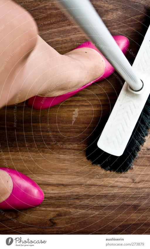 Putze Stil Häusliches Leben Wohnung Raum Mensch feminin Mode Schuhe Damenschuhe Holz Arbeit & Erwerbstätigkeit Reinigen dreckig trendy Kitsch braun rosa Kraft
