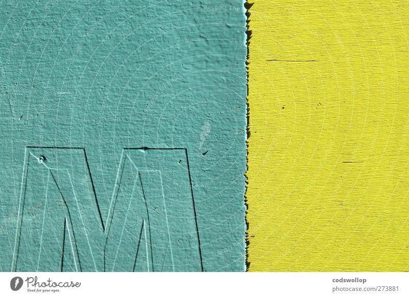 """""""em,"""" op. cit. Fassade Holz Zeichen Schriftzeichen gelb grün M minimalistisch Farbfoto Außenaufnahme Menschenleer Textfreiraum links Textfreiraum oben"""