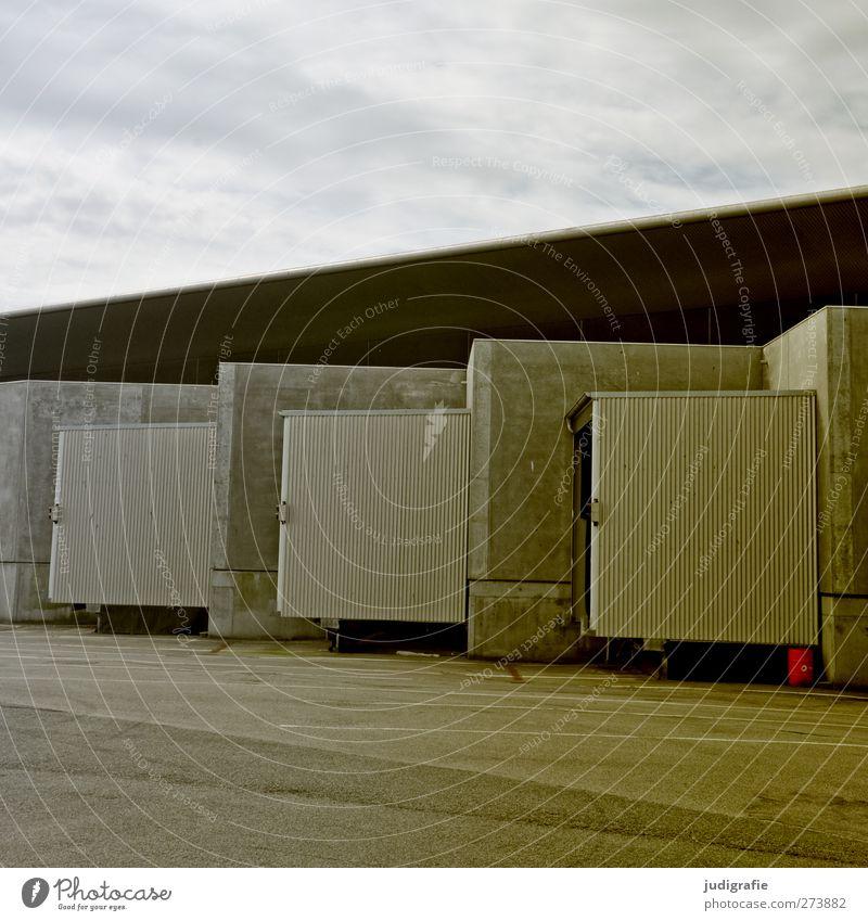 Hirtshals Hafenstadt Haus Industrieanlage Bauwerk Gebäude Architektur Mauer Wand Fassade Dach Ordnung ruhig Linie Farbfoto Gedeckte Farben Außenaufnahme