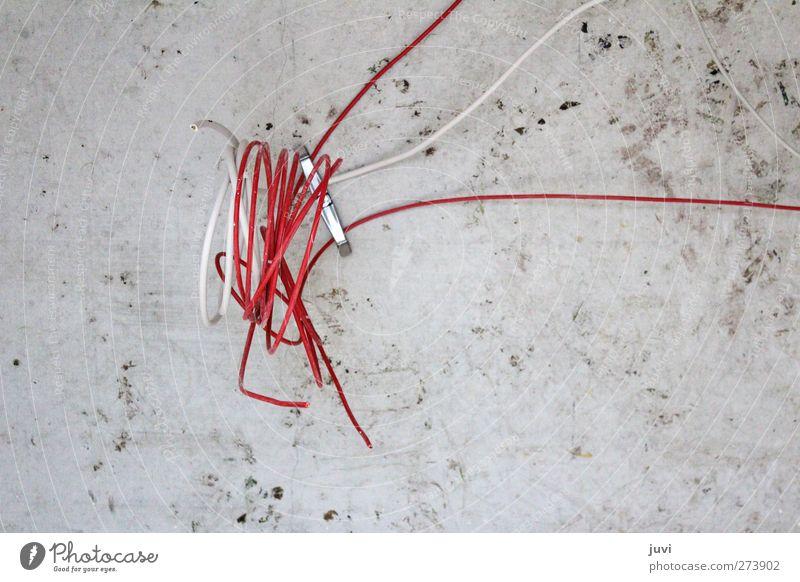 Die Rote Linie Kabel Technik & Technologie Energiewirtschaft Mauer Wand Beton Knoten bauen dreckig grau rot weiß Farbfoto Gedeckte Farben Innenaufnahme