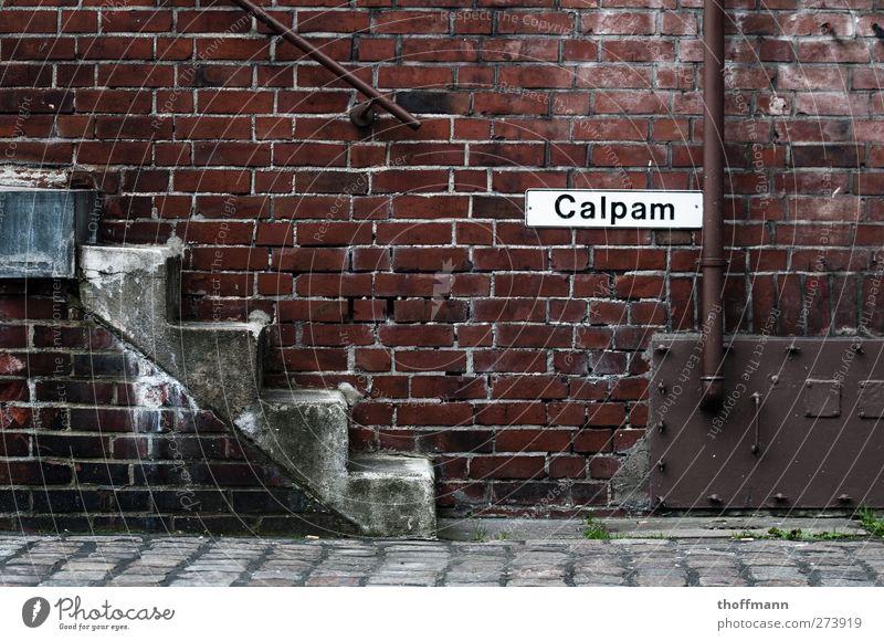 Lauf rauf! Straße Architektur Metall gehen laufen Treppe hoch Schilder & Markierungen stehen Hamburg Backstein Kopfsteinpflaster Rost aufwärts abwärts Laderampe