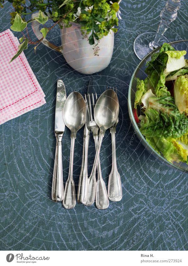 Tischlein deck dich II Salat Salatbeilage Ernährung Besteck Messer Gabel Löffel blau grün rosa Tischwäsche Serviette Farbfoto Außenaufnahme Menschenleer