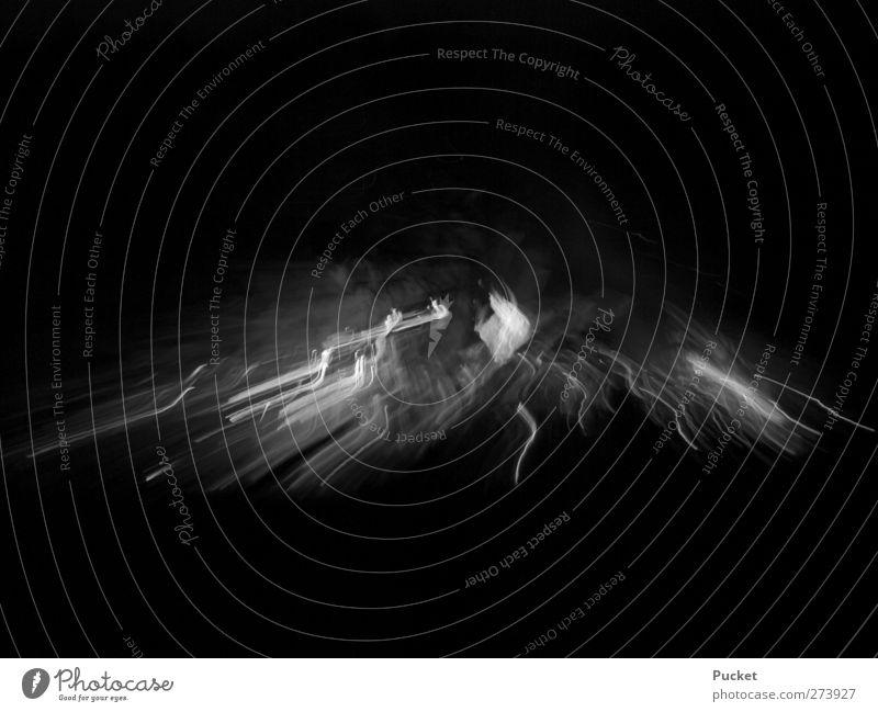 Weiße Linien aus Feuer Feste & Feiern Holz heiß schwarz weiß Gelassenheit ruhig einzigartig Lichtmalerei hell Schwarzweißfoto Außenaufnahme Menschenleer Nacht