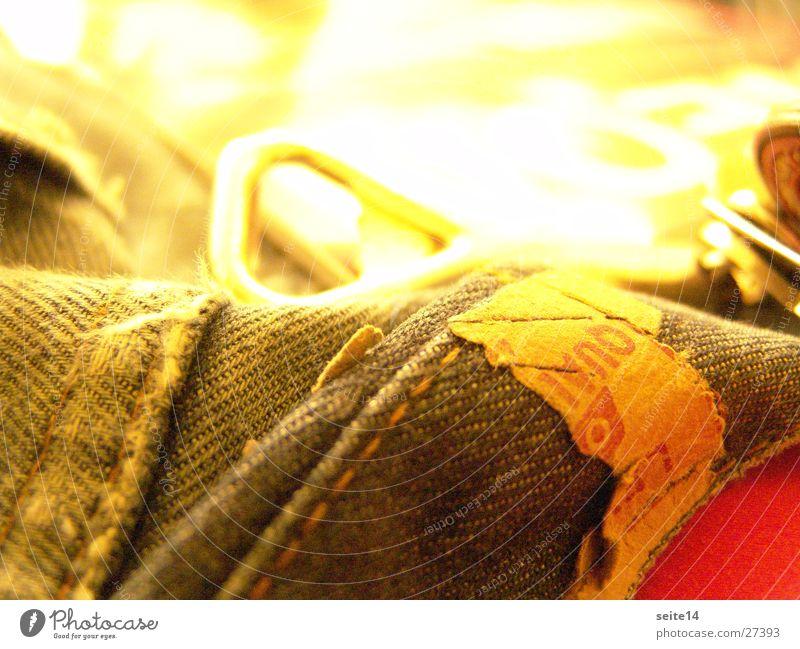 Jeans & Flaschenöffner blau rot Jeanshose Etikett Flaschenöffner