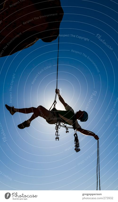 Kletterer auf ein Freiseil. Leben Abenteuer Klettern Bergsteigen Erfolg Seil maskulin Mann Erwachsene 1 Mensch Felsen Gipfel blau Tapferkeit selbstbewußt