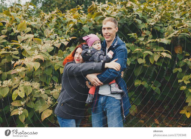 glückliche Familie auf einem Spaziergang mit einem kleinen Kind Lifestyle Freizeit & Hobby Ferien & Urlaub & Reisen Städtereise Mensch maskulin feminin Baby