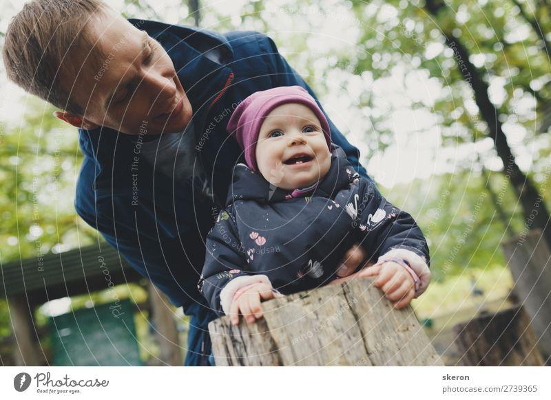 glückliches Kind geht mit seinem Vater spazieren. Lachen und Freude. Lifestyle Wellness Freizeit & Hobby Spielen Ferien & Urlaub & Reisen Feste & Feiern