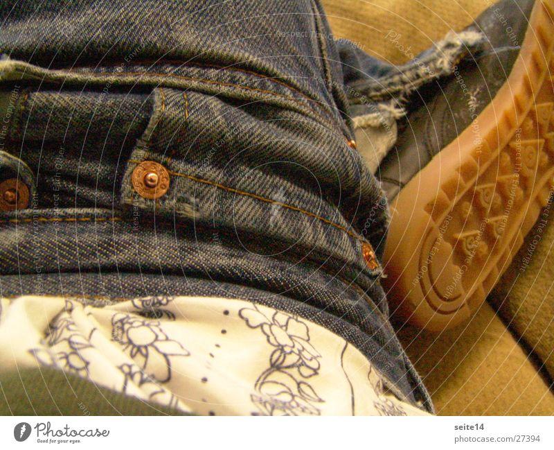 zieh die hose hoch junge Kind Mann blau Hose Schuhe Jeanshose Student verwaschen Männerunterhose