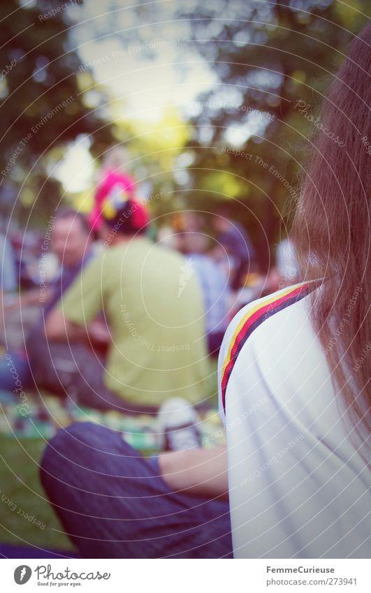 EM-Fieber! Mensch Junger Mann Jugendliche Erwachsene Menschengruppe Trikot Streifen Public viewing umgänglich Farbfoto Außenaufnahme Tag Licht Unschärfe