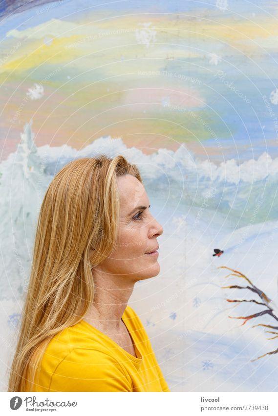 schöne Frau-Donostia Lifestyle Design Glück Erholung Mensch feminin Erwachsene Weiblicher Senior Kopf 1 45-60 Jahre Kunst Park T-Shirt blond Pferd Vogel Denken
