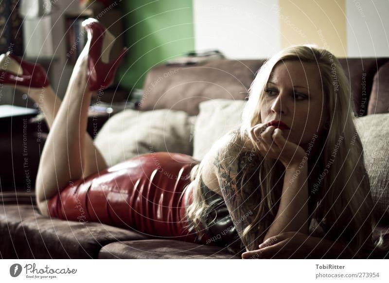 Thoughts Haare & Frisuren Gesicht ruhig Wohnung Sofa Mensch feminin Junge Frau Jugendliche Erwachsene 1 18-30 Jahre Latex Tattoo Schuhe blond langhaarig