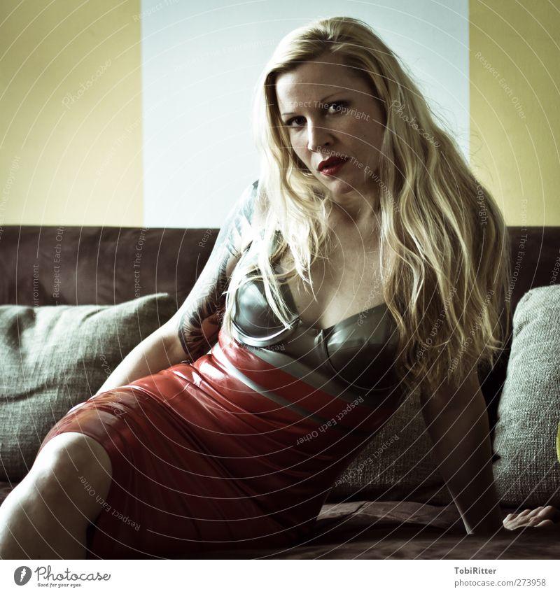 Doubt Stil schön Haare & Frisuren Gesicht Lippenstift Wohnung Sofa Mensch feminin Junge Frau Jugendliche Erwachsene 1 18-30 Jahre Mode Bekleidung Kleid Latex