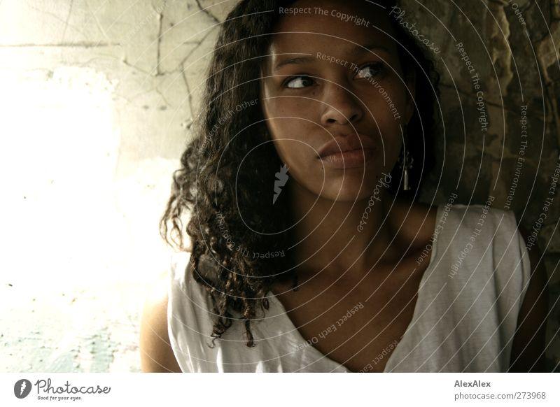 Schlüsselkind Jugendliche weiß schön Erwachsene Erotik Wand Mauer Kopf Junge Frau braun 18-30 Jahre Beton ästhetisch Sicherheit T-Shirt Neugier