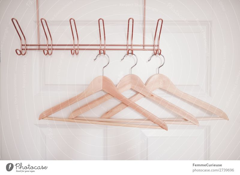 3 coat hangers on copper-coloured coat hook Mode Bekleidung Häusliches Leben Kleiderbügel Holz Kleiderständer Kleiderhaken kupfer Tür weiß Schlafzimmer