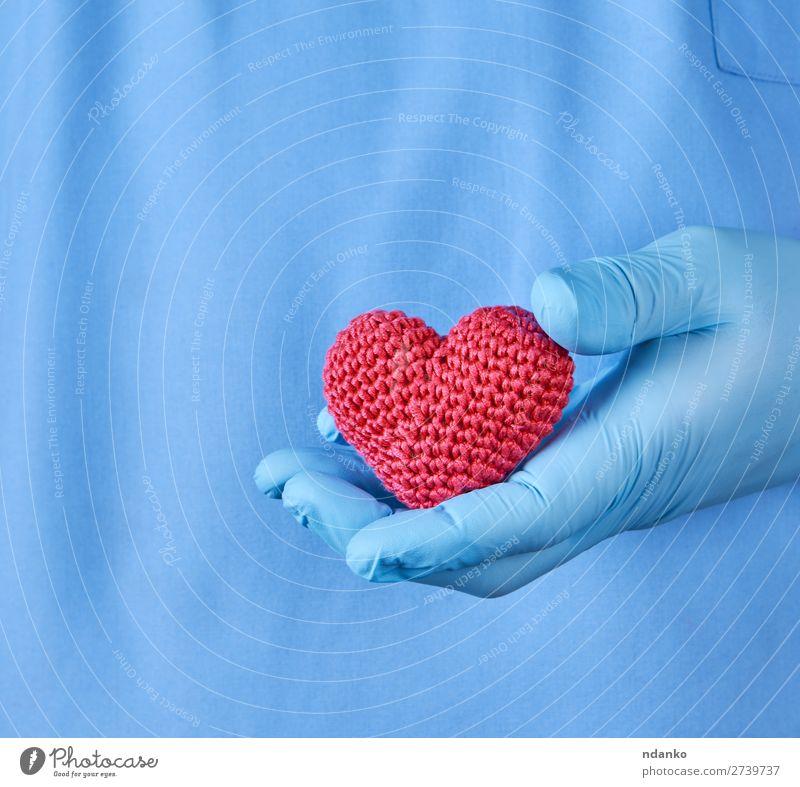 Arzt mit blauen Latexhandschuhen, die ein rotes Herz halten. Gesundheitswesen Krankheit Medikament Krankenhaus Mensch Mann Erwachsene Hand Handschuhe