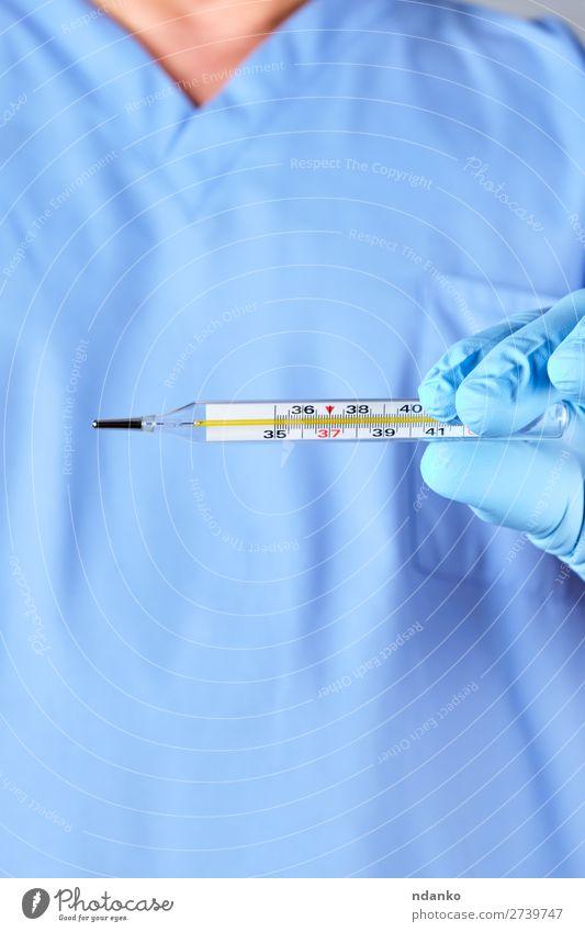Arzt mit einem Glas-Quecksilberthermometer Gesundheitswesen Behandlung Krankheit Medikament Krankenhaus Mensch Hand Finger blau Stress Genauigkeit Thermometer