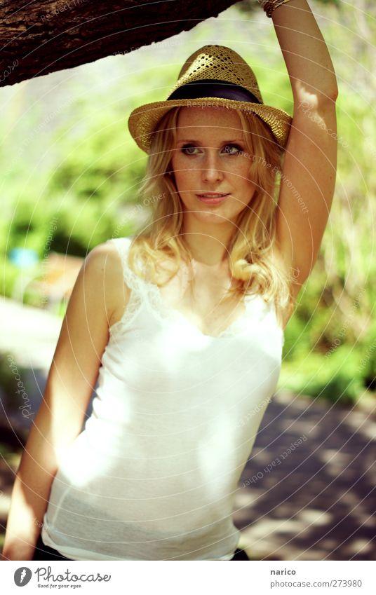 summertime XI feminin Junge Frau Jugendliche 1 Mensch 18-30 Jahre Erwachsene Top Hut Strohhut blond langhaarig Locken beobachten festhalten Blick träumen schön