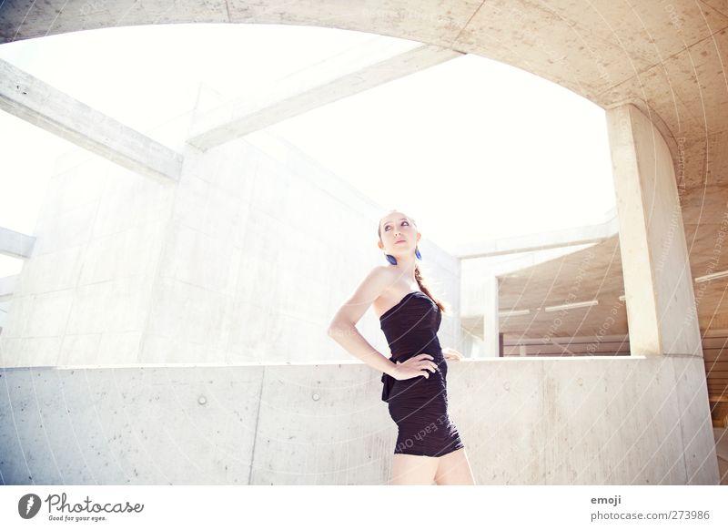 neue schöne Welt Mensch Jugendliche Stadt Erwachsene feminin Junge Frau hell 18-30 Jahre Kleid trendy Betonplatte Betonwand Betonmauer