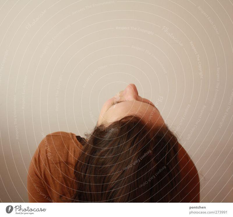 akrobatik Mensch Frau Jugendliche weiß Erwachsene feminin Wand Haare & Frisuren Junge Frau Kopf orange 18-30 Jahre Rücken Bekleidung brünett langhaarig