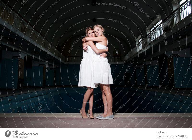 #232830 Frau Erwachsene Freundschaft Leben Mensch Kleid Erholung festhalten stehen leuchten Umarmen authentisch Freundlichkeit Glück positiv schön Wärme