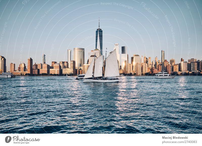Skyline von New York City mit dem belebten Hudson River, USA. Lifestyle Ferien & Urlaub & Reisen Abenteuer Freiheit Sightseeing Städtereise Segeln Fluss