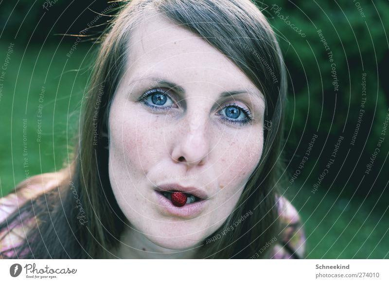 Mealtime Mensch Frau Jugendliche schön Erwachsene Gesicht Auge feminin Leben Junge Frau Haare & Frisuren Kopf 18-30 Jahre Haut Lebensmittel Mund