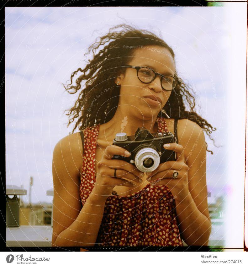 ... und click! Jugendliche alt Hand schön Sommer Freude Wolken Erwachsene Erotik Kopf Junge Frau Fotografie 18-30 Jahre Mund Dach Brille