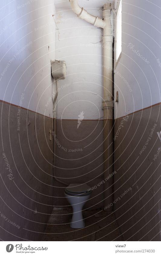 stilles örtchen alt Erholung Ferne Wand Mauer Innenarchitektur braun Raum Wohnung authentisch Häusliches Leben Perspektive einzigartig Vergänglichkeit Bad einfach