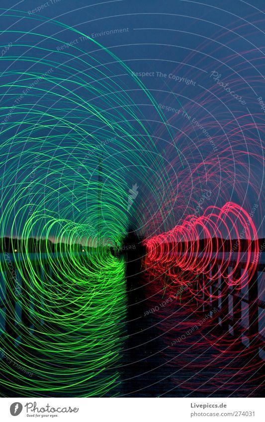 drehwurm Mensch maskulin Mann Erwachsene Körper 1 Kunst Künstler Maler Wasser Himmel Wolken Nachthimmel Seeufer drehen leuchten grün rot Schatten Lichtspiel