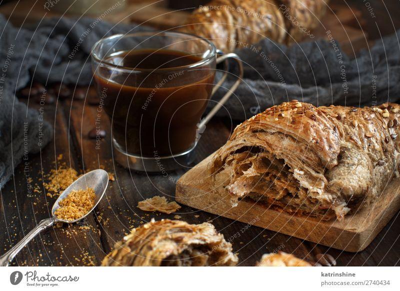 Frühstück mit Kaffee und Croissant Brot Dessert Getränk Espresso Löffel Tisch dunkel frisch lecker braun Tradition Hintergrund Bäckerei Koffein Kochen Tasse