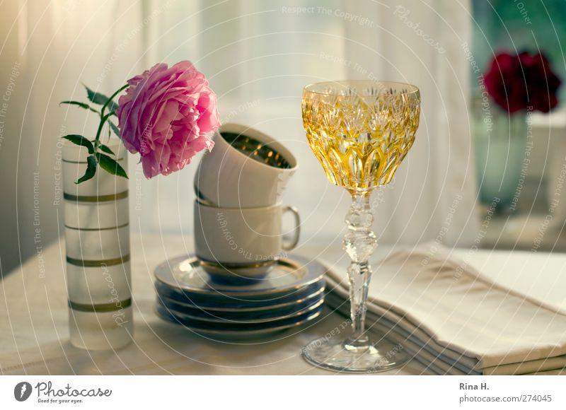 Tischlein deck dich III Geschirr Teller Tasse Glas Häusliches Leben Rose Vase Serviette Farbfoto Innenaufnahme Menschenleer Schwache Tiefenschärfe