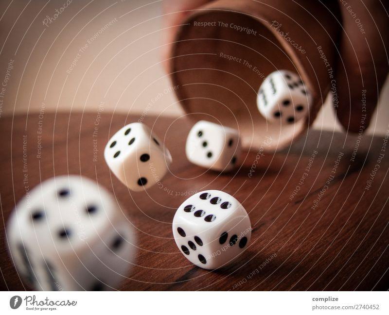 Rollende Würfel & Würfelbecher Lifestyle Freude Glück Geld sparen Freizeit & Hobby Spielen Brettspiel Poker Glücksspiel Business Karriere Erfolg Risiko Wette