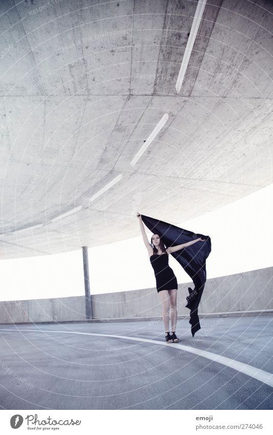 black and blue feminin Junge Frau Jugendliche 1 Mensch 18-30 Jahre Erwachsene Mode Kleid elegant trendy schön einzigartig kalt Farbfoto Außenaufnahme