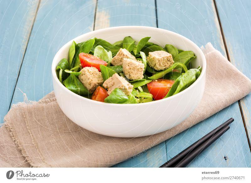 Veganer Tofusalat mit Tomaten und Feldsalat in der Schüssel Salatbeilage Gesundheit Gesunde Ernährung Diät Vegane Ernährung Vegetarische Ernährung Blatt