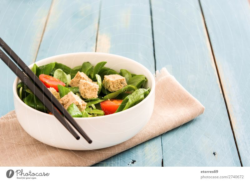 Veganer Tofusalat mit Tomaten und Feldsalat Salatbeilage Gesundheit Gesunde Ernährung Diät Vegane Ernährung Vegetarische Ernährung Blatt Essstäbchen Kirsche roh