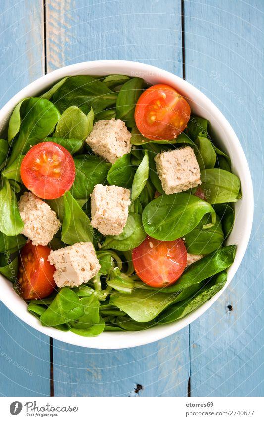 Veganer Tofusalat mit Tomaten und Feldsalat Salatbeilage Gesundheit Diät Vegane Ernährung Vegetarische Ernährung Blatt Essstäbchen Kirsche roh grün