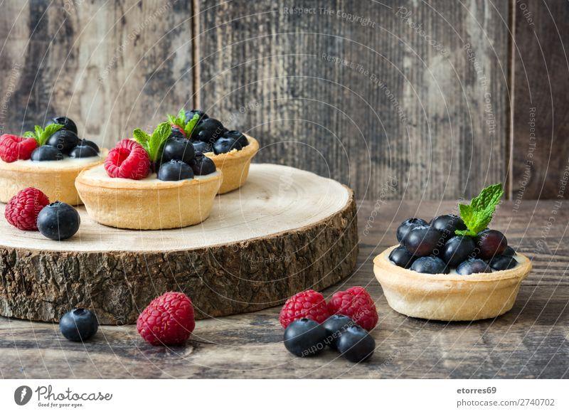 Köstliche Törtchen mit Himbeeren und Heidelbeeren Blaubeeren Frucht Dessert Lebensmittel Gesunde Ernährung Foodfotografie lecker Sahne Vanillepudding Snack
