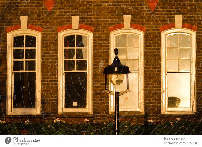 Londons Fenster Stadt alt Haus Fenster Wand Architektur Gebäude Mauer Fassade Häusliches Leben Europa Straßenbeleuchtung Stadtzentrum Backstein Nostalgie London