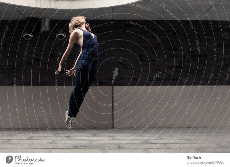 back to space sportlich Leben Tanzen Mensch feminin Junge Frau Jugendliche 18-30 Jahre Erwachsene Kunst Schauspieler Tänzer Mauer Wand Fassade springen
