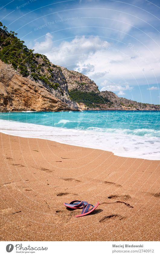 Wunderschöner leerer Strand mit verlassenen Flip-Flops. Lifestyle Ferien & Urlaub & Reisen Freiheit Sommer Sommerurlaub Sonne Sonnenbad Meer Insel Natur Sand