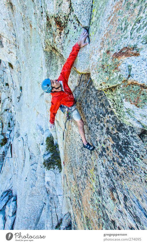Mensch Mann Erwachsene Leben Felsen Kraft maskulin Erfolg Abenteuer Seil Klettern Vertrauen Jacke sportlich Mut Gleichgewicht