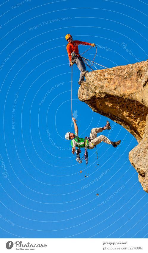 Mensch Mann blau Erwachsene Leben Felsen Kraft maskulin gefährlich Abenteuer Seil Hilfsbereitschaft Gipfel festhalten fallen Klettern