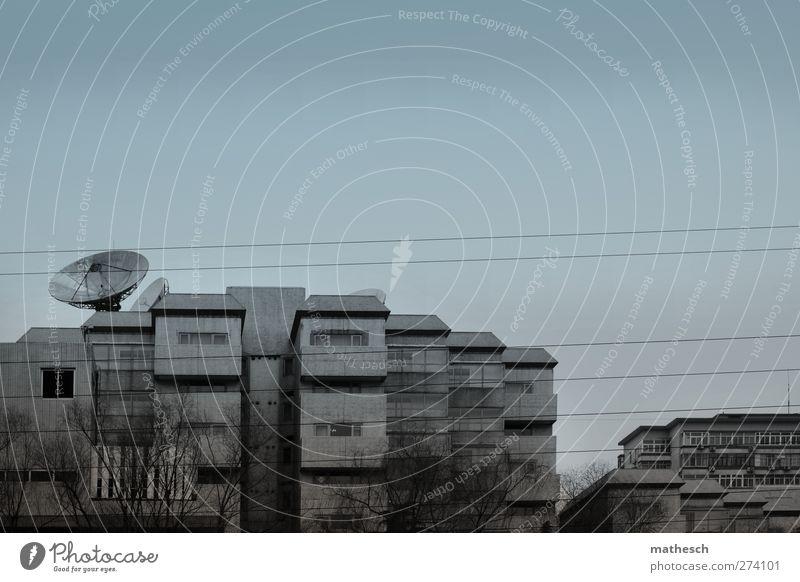 schöner wohnen Himmel Baum Haus Architektur grau Gebäude Fassade Beton trist Asien China Hauptstadt Satellitenantenne Peking Kommunismus Stromdraht