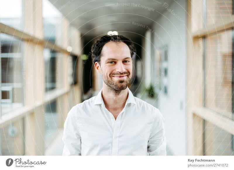 Optimistischer Businessman Zufriedenheit Student Karriere Erfolg Junger Mann Jugendliche Erwachsene 1 Mensch 18-30 Jahre Hemd schwarzhaarig Dreitagebart Lächeln