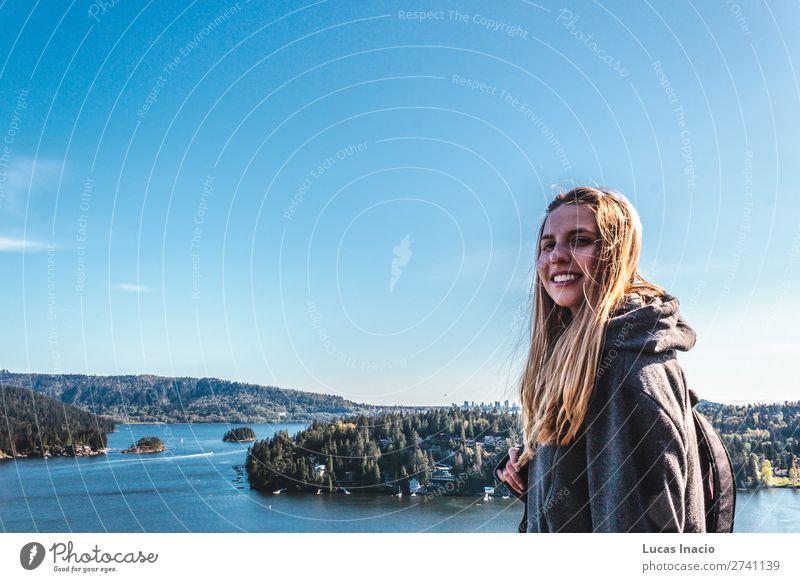 Mädchen auf dem Steinbruchfelsen in North Vancouver, BC, Kanada Glück Abenteuer Sommer Strand Meer Berge u. Gebirge wandern Frau Erwachsene Umwelt Natur