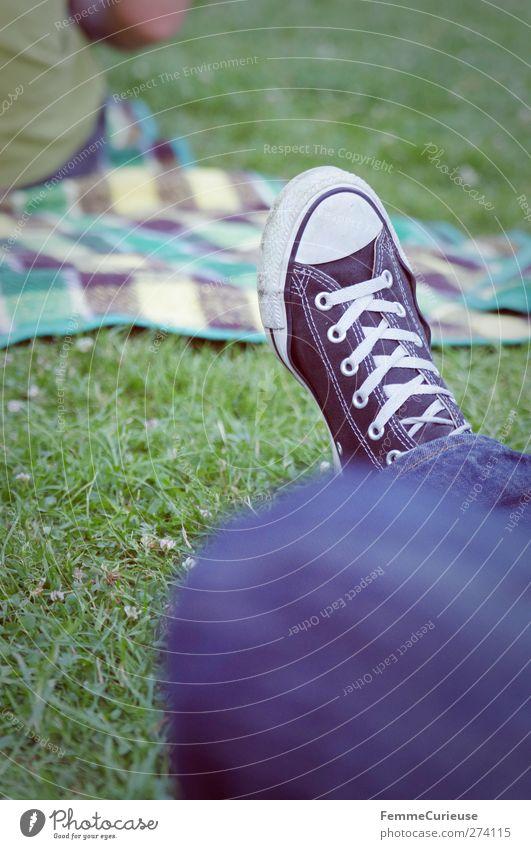Just chillin' out.... Mensch blau weiß Erholung Wiese feminin Gras Fuß Freundschaft Park sitzen maskulin Pause Rasen Jeanshose Jeansstoff