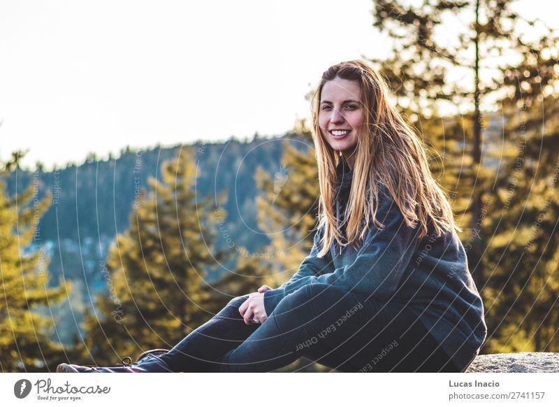 Mädchen auf dem Steinbruchfelsen in North Vancouver, BC, Kanada Glück Abenteuer Sommer wandern Frau Erwachsene Umwelt Natur Landschaft Baum Blume Blatt Blüte